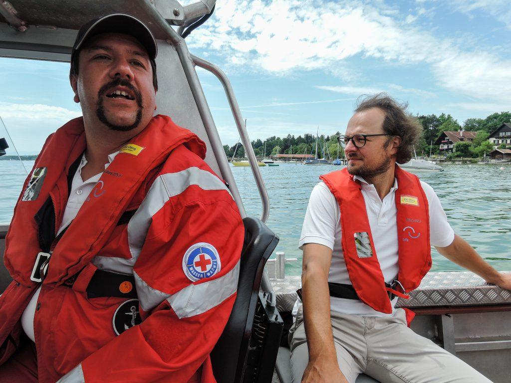 Markus Leiter und Kreisgeschäftsführer Andreas Lehner bei einer Rundfahrt mit dem Uttinger Rettungsboot
