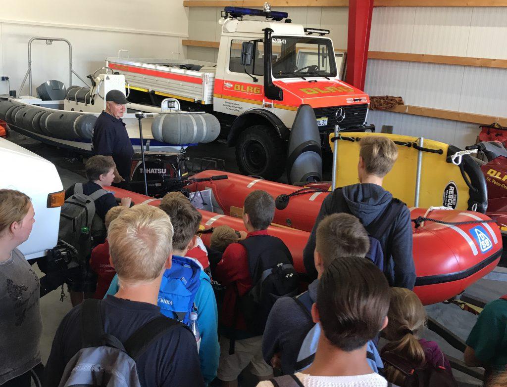 JRK und Wasserwacht Jugend bei der Besichtigung der DLRG St. Peter-Ording. Unimog, IRB und Jetski sind besonders beeindruc
