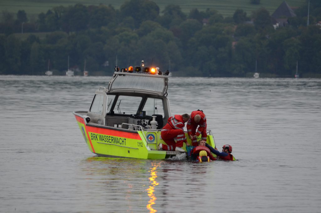 Rettung durch die Wasserwacht mithilfe des Spineboards