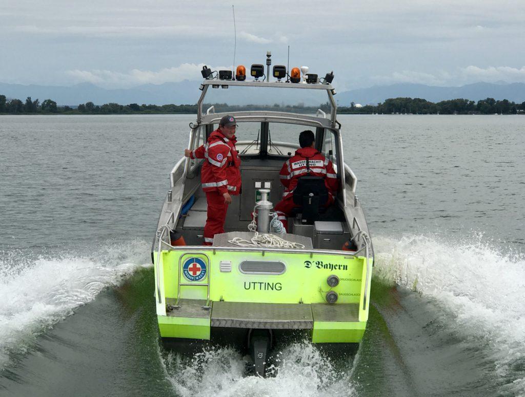 Heckansicht des Rettungsbootes der Wasserwacht Utting am Ammersee
