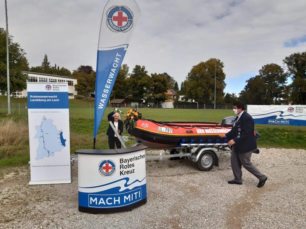 Wasserwacht-Boot Elfi wird durch Elfriede Nickel getauft